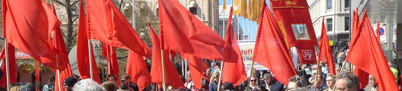 Bilde av røde flagg 1. mai. Foto.