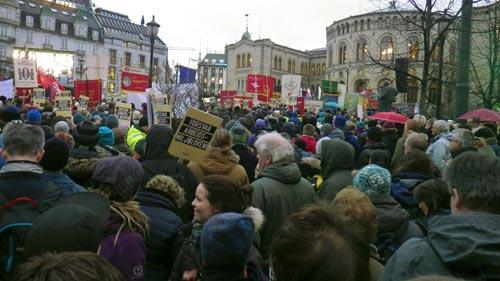 Arrangement foran Stortinget under den politiske streiken til forsvar av arbeidsmiljøloven. Foto.