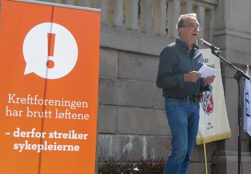 Bilde av Roy Pedersen som holder appell under Sykepleierforbundets streikemarkering.