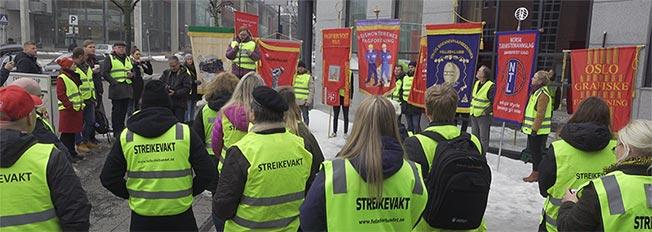 Bilde fra fanemarkeringen under streiken ved Godt Brød Nydalen, Oslo.