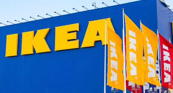 Bilde av IKEA-varehus med flagg.